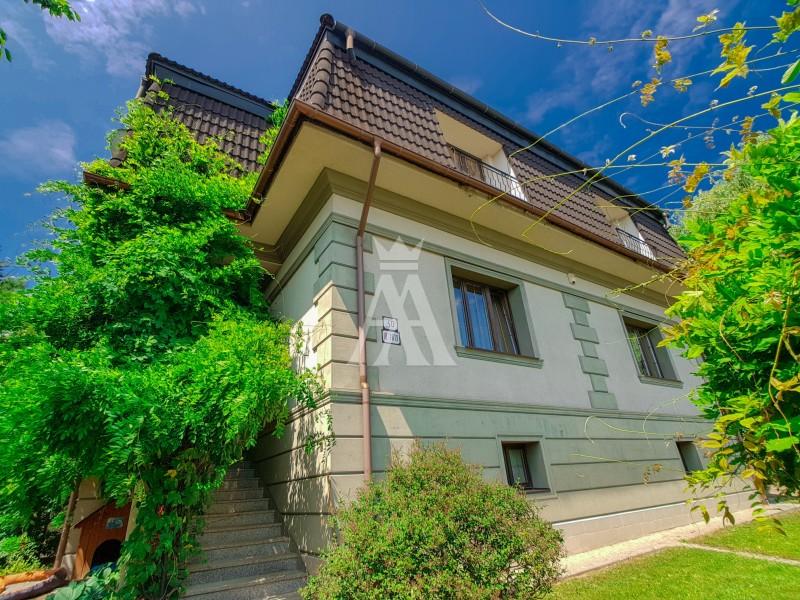 pozemok o výmere 1179 m2, vnútorný bazén, sauna, solárium, zimná záhrada, terasa, altán, priestranná garáž