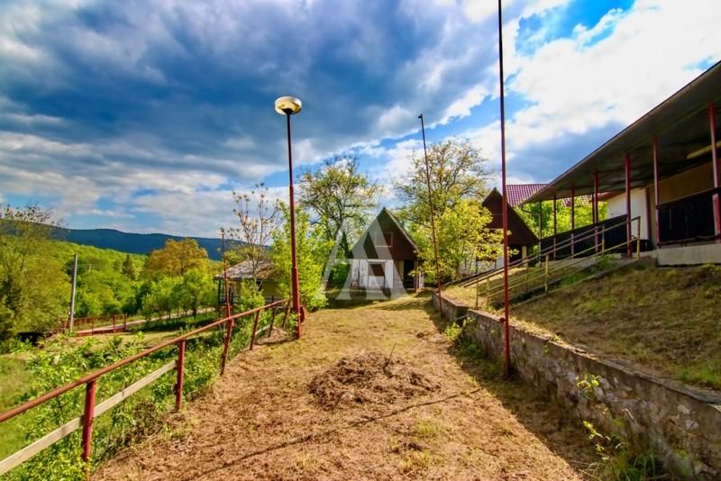 výmera pozemku 6396 m², voda obecná, elektrina, odpad do žumpy
