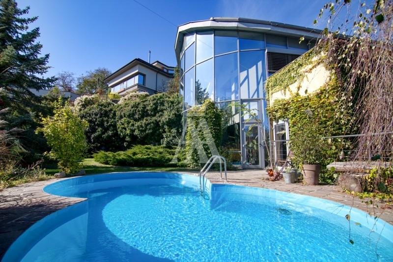 výmera pozemku 687 m², podlahová plocha domu 394 m², bazén, fínska sauna, dvojgaráž