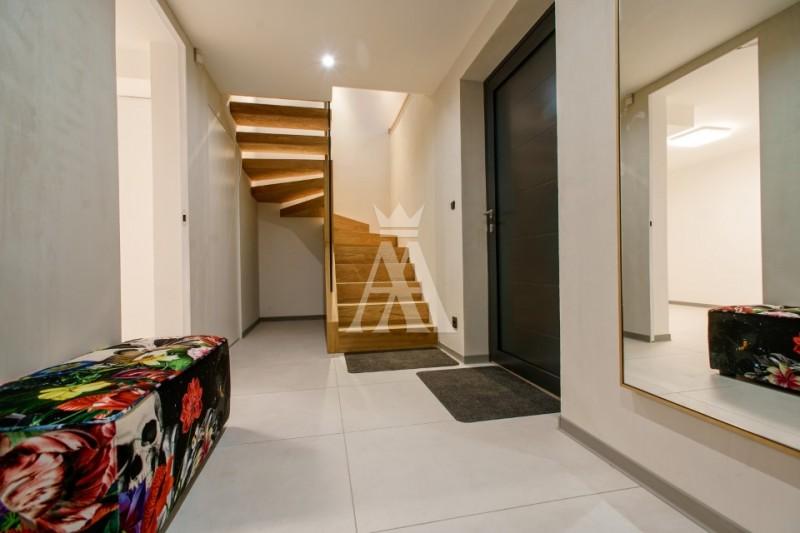 úžitková plocha 210 m², inteligentné technológie, tepelné čerpadlo Stiebel Eltron, klimatizácia Daikin, zabezpečovací a kamerový systém Jablotron