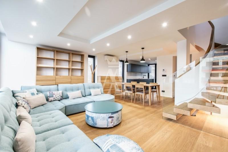 úžitková plocha 210 m², inteligentné technológie, tepelné čerpadlo Stiebel Eltron, zabezpečovací a kamerový systém Jablotron